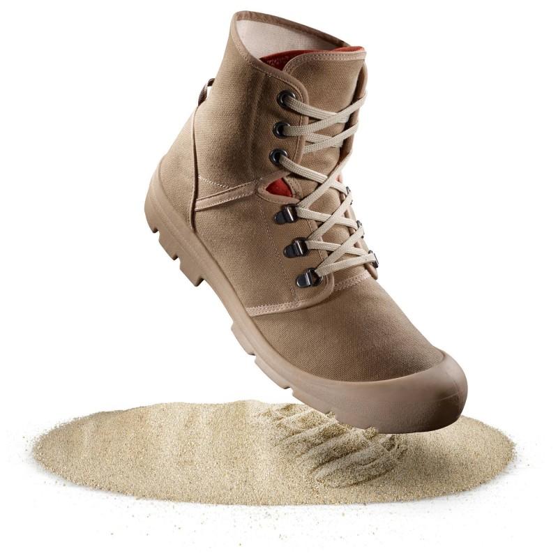 SCARPE TREKKING DESERT 500: la ghetta integrata limita l'ingresso di sabbia e pietrisco nella scarpa. Il tessuto in cotone garantisce una buona traspirazione. 900 g al paio nella misura 43. Disponibile dalla taglia 36 alla 46.